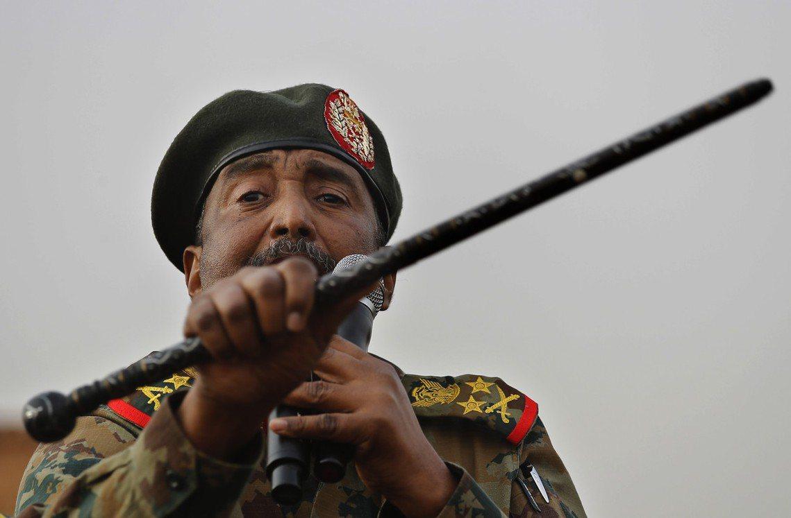 圖為蘇丹過渡軍事委員會主席、目前實際上的蘇丹掌權者布爾漢將軍(Abdel-Fat...