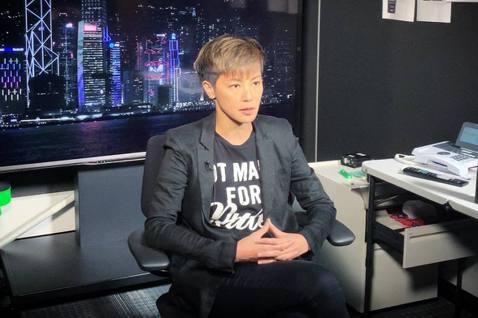 香港藝人梁家輝、譚詠麟、鍾鎮濤等人,在這波「反送中」的風波中,選擇力挺香港警察,這讓支持「反送中」的何韻詩忍不住在社群上發文,批評這些演藝圈的前輩。何韻詩在社群上寫道「我其實一直都對所謂『同行』所謂...