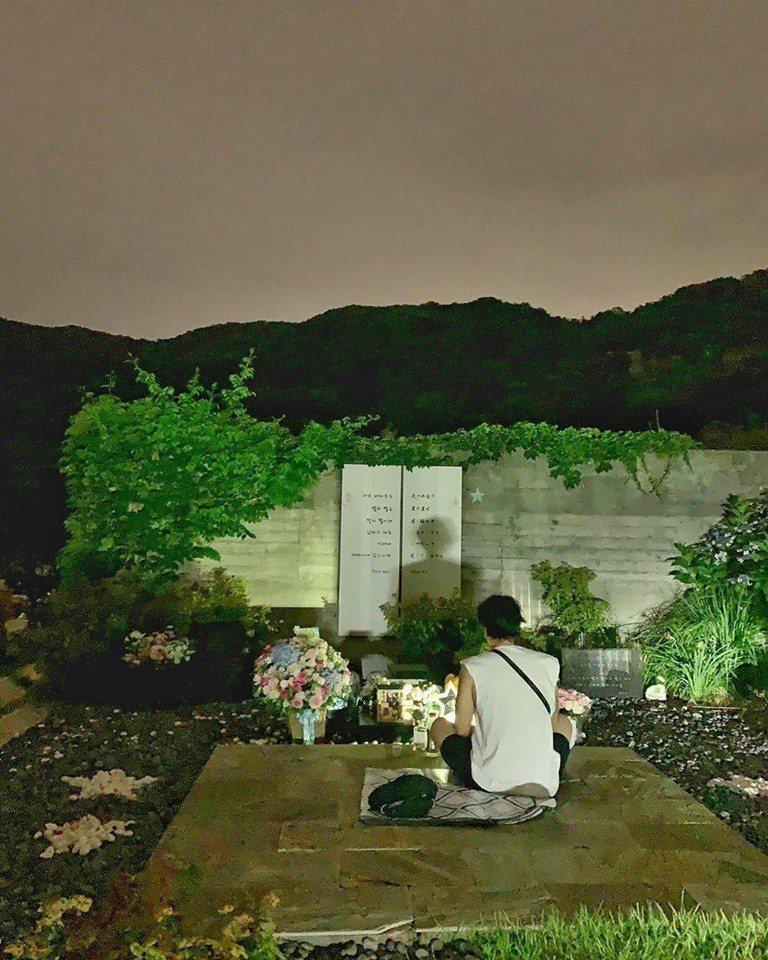 蘇志燮深夜去看朴容夏。圖/擷自IG