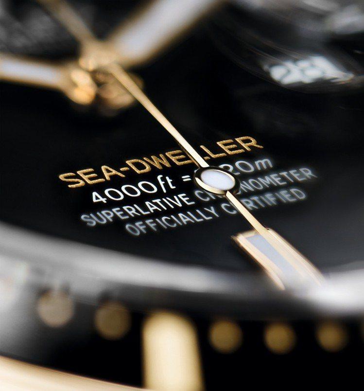 Sea-Dweller字樣以黃色字體鐫刻在黑色錶面上,與腕錶的18ct黃金相互輝...