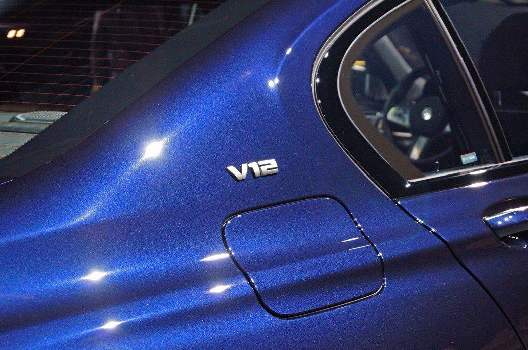 M760Li xDrive的C柱上有V12引擎的徽飾。 記者趙駿宏/攝影