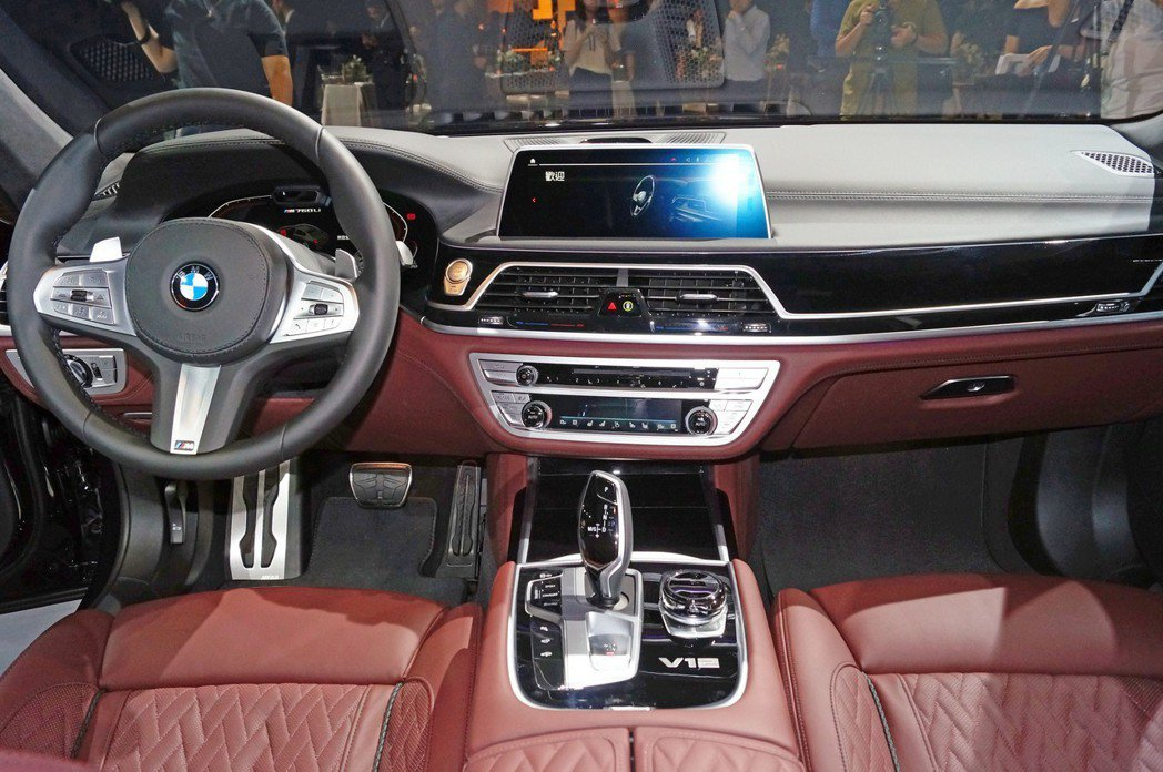 內裝格局與小改款前相同,而數位儀表板則首度導入在7 Series車系中。 記者...