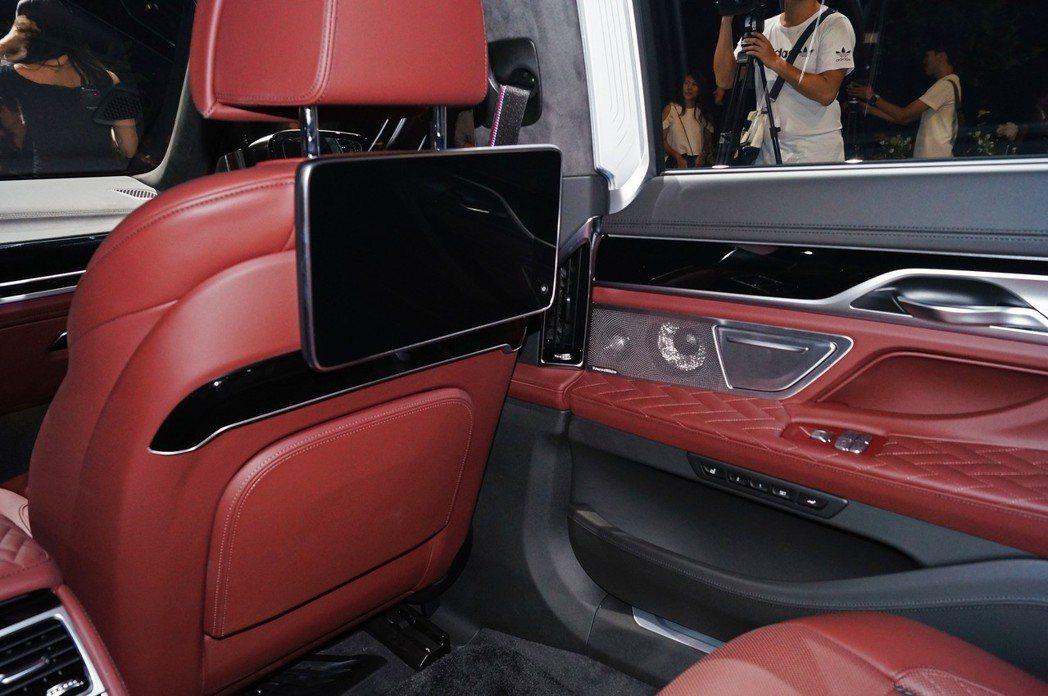 長軸車型還標配了7吋後座專屬平板(Touch Command),可供後座乘客調整...