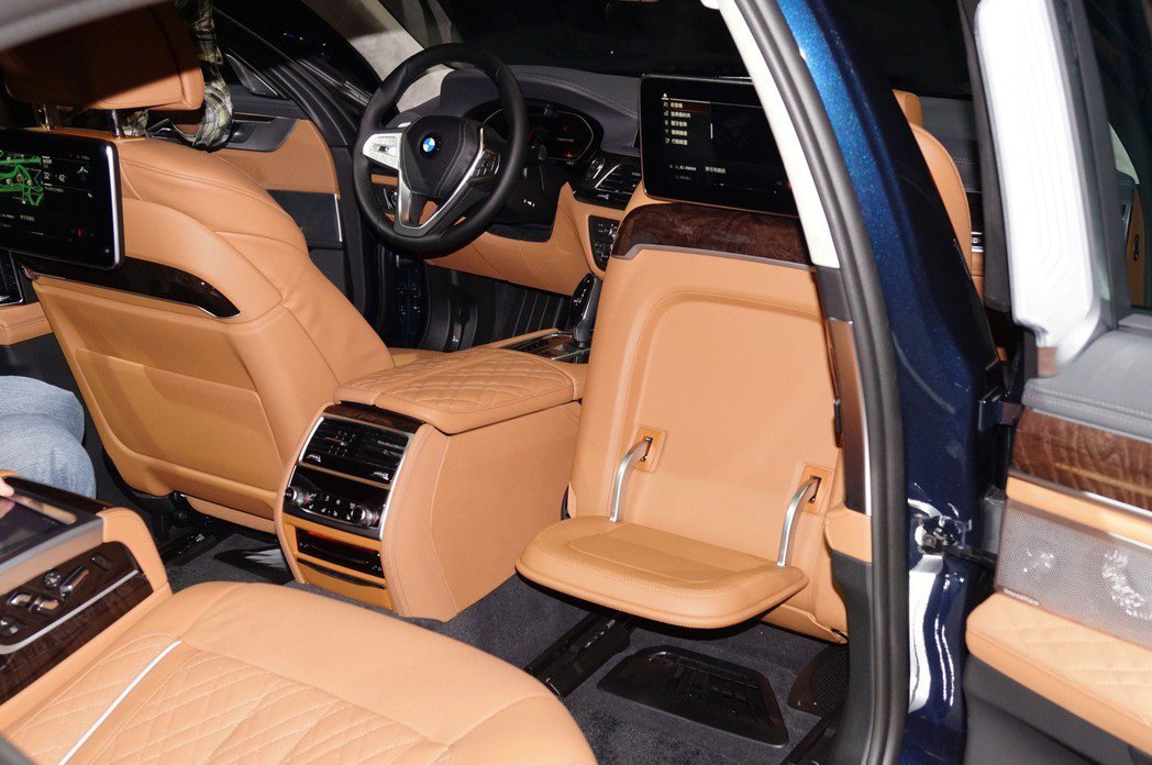 全新設計的BMW Executive Lounge總裁座椅不僅有多向電動調整,還...