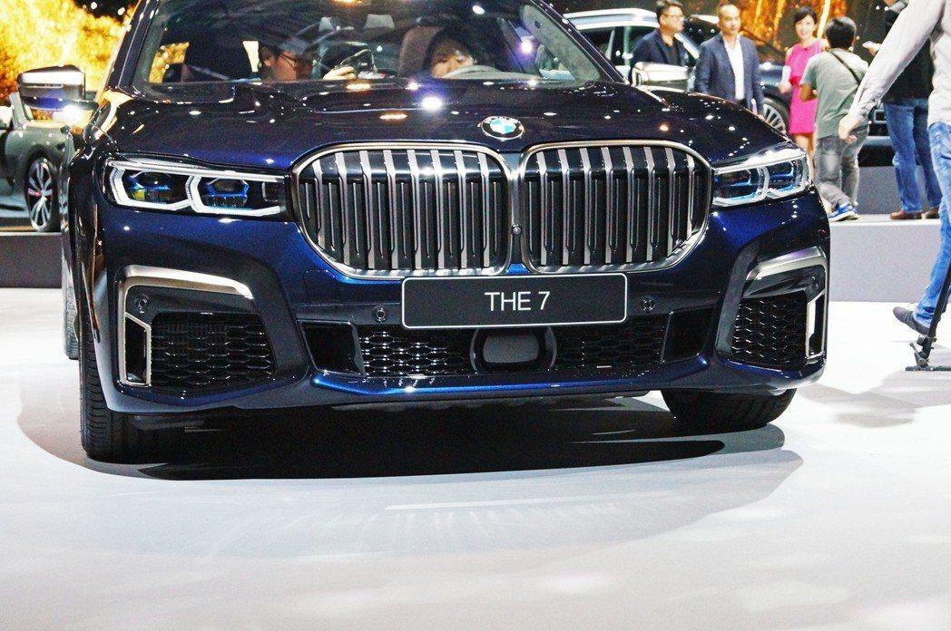 車頭除了水箱罩增加面積外,也配備許多的感應Sensor與鏡頭。 記者趙駿宏/攝影