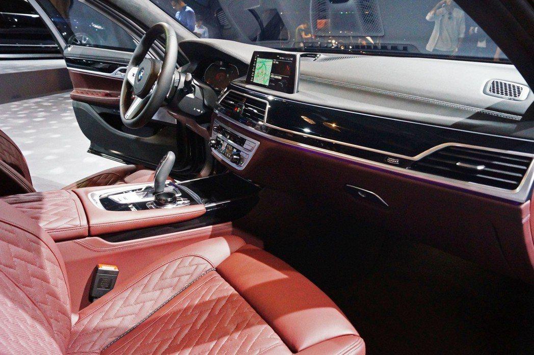 小改款7 Series內裝採頂級NAPPA皮革與細緻縫線交織的菱格紋座椅。 記者...