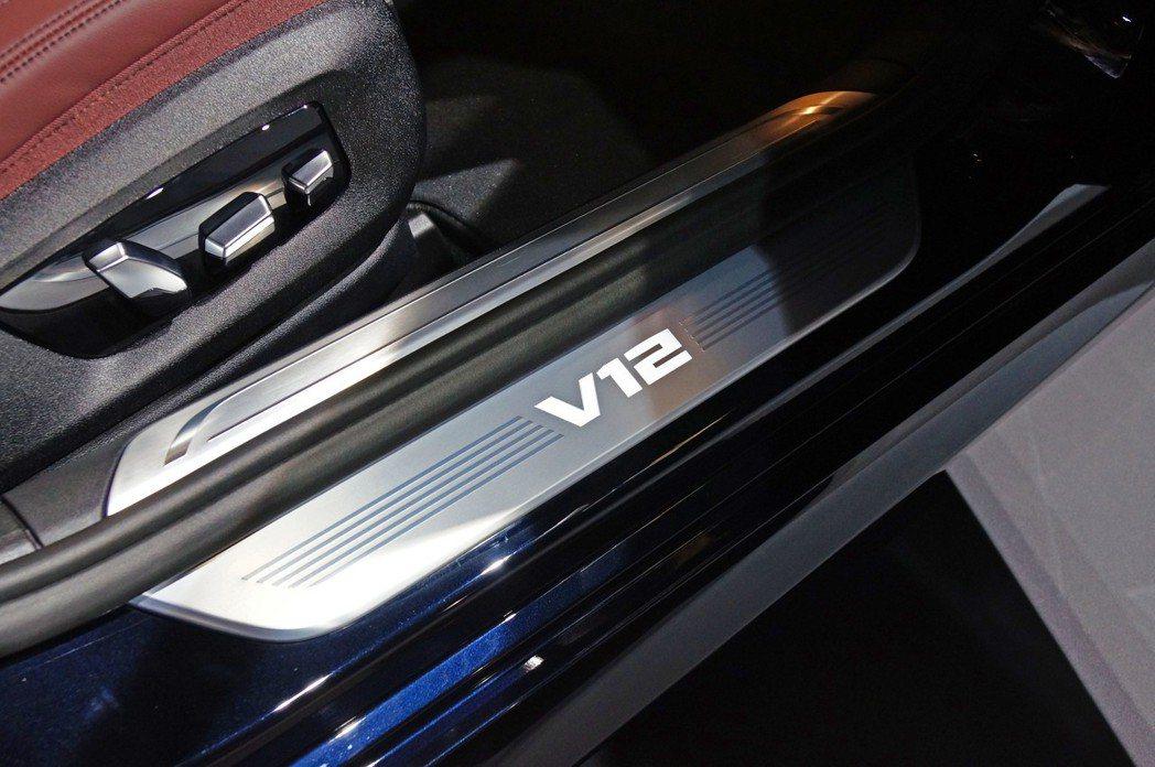 在M760Li xDrive的迎賓踏板上也有大大的V12字樣。 記者趙駿宏/攝影