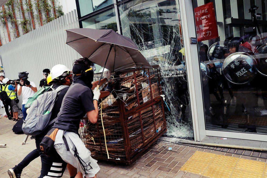 今天7月1日由香港民陣號召的反送中「七一大遊行」,已經於下午3點出發遊行,與此同...