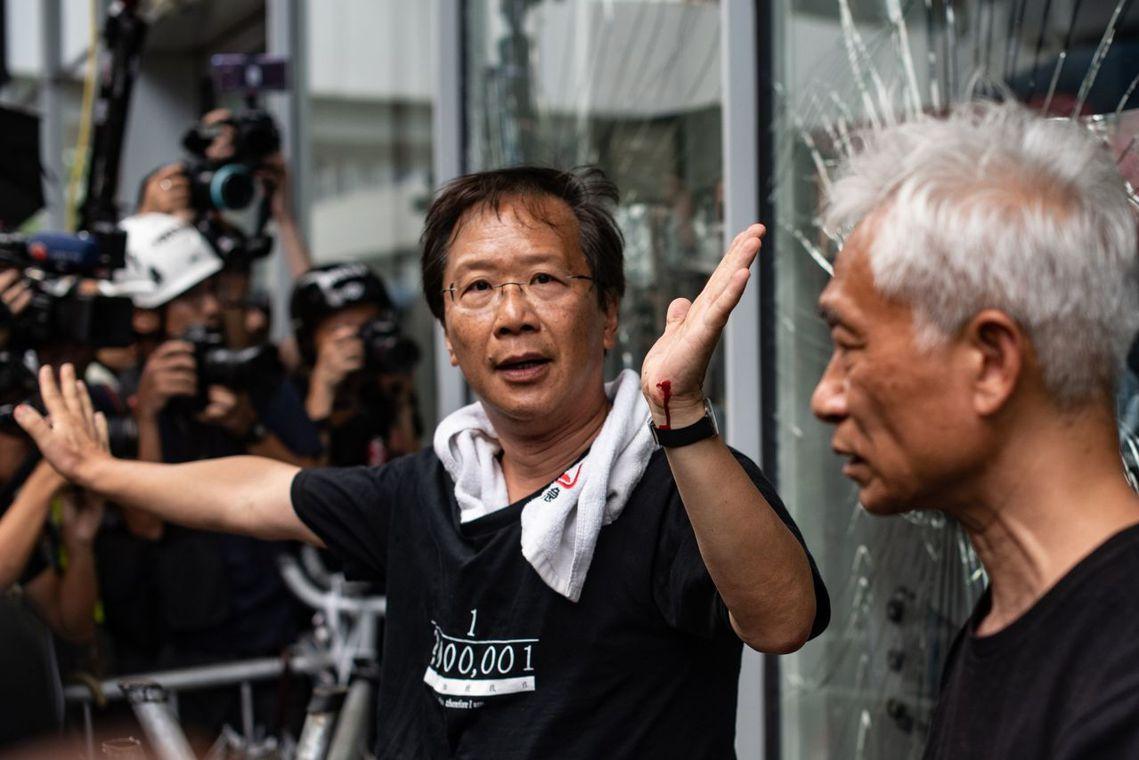出面調停的泛民主派議員郭家麒,現場示威者仍未收手,暫停一陣子後又開始衝撞。 圖/...