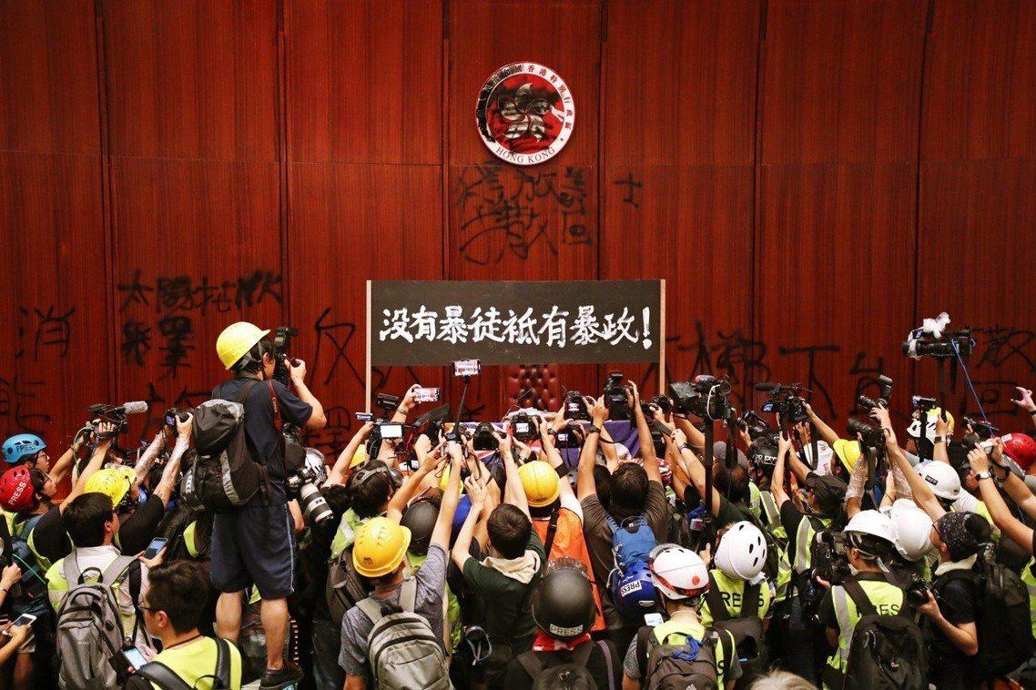 香港七一反送中示威,1日晚間演變成「佔領立法會」行動。 圖/歐新社