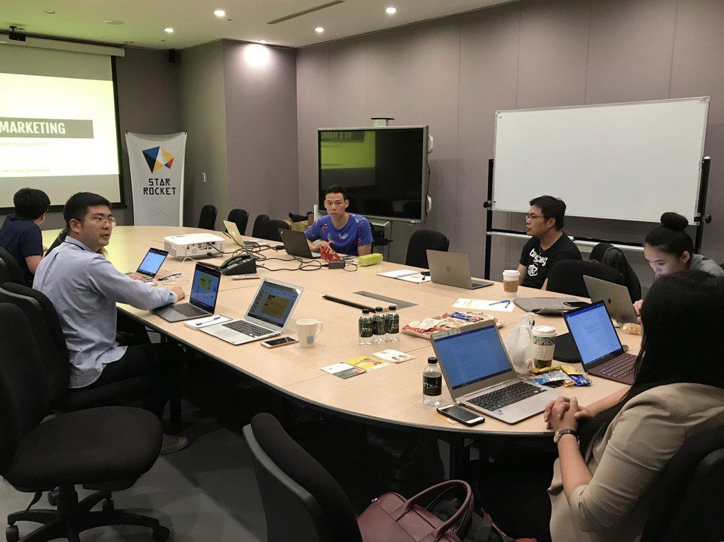 為了協助新創團隊們準備為期三天的RISE展會,TSS舉辦了一整天的行前培訓,內容...