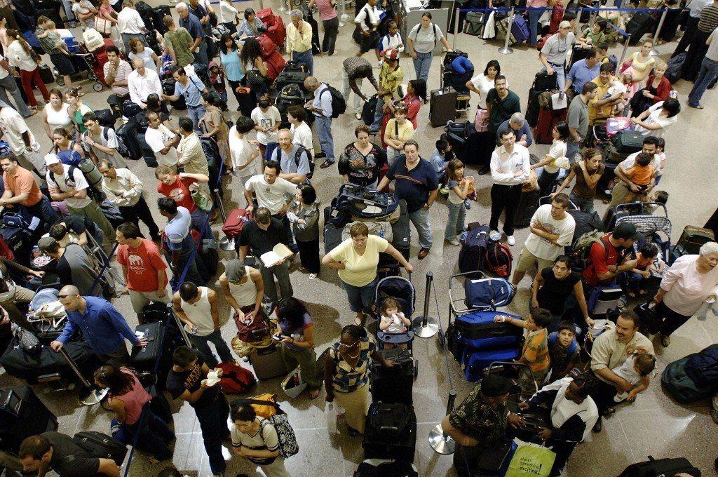 曾有一組機組人員,在休士頓機場處理完上百位旅客後,工時已將近20個小時。 圖/S...