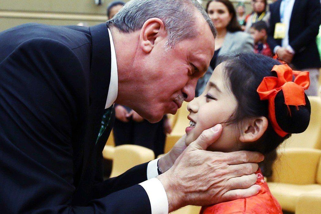 夏法克質疑:針對層出不窮的兒童受害事件,土耳其政府不針對社會安全網作檢討,反而積...
