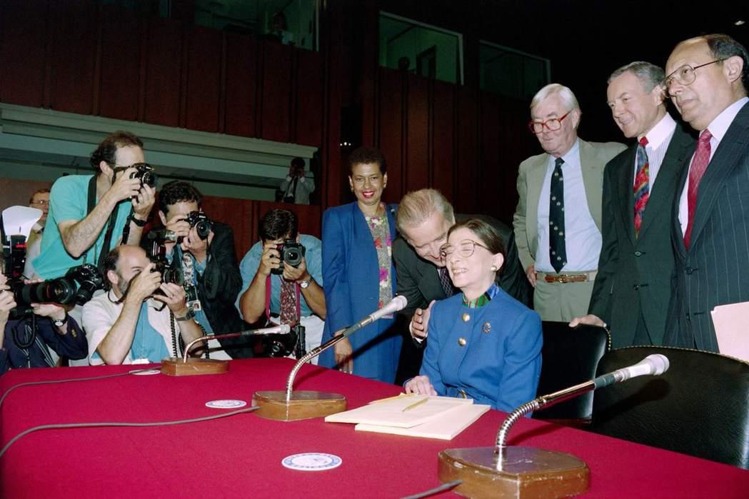 拜登與美國史上第二位女性大法官「RBG」金斯伯格(Ruth Bader Gins...