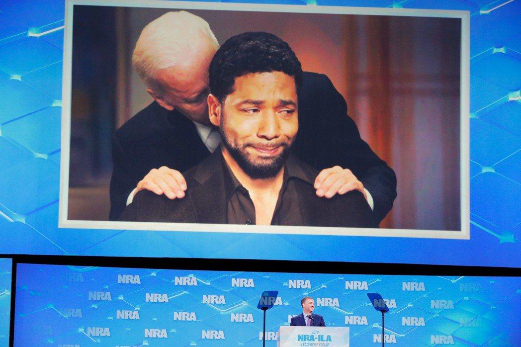 「觸覺系政治人物」:圖為2019年在NRA美國步槍協會的年會上,秀出一張拜登親吻...