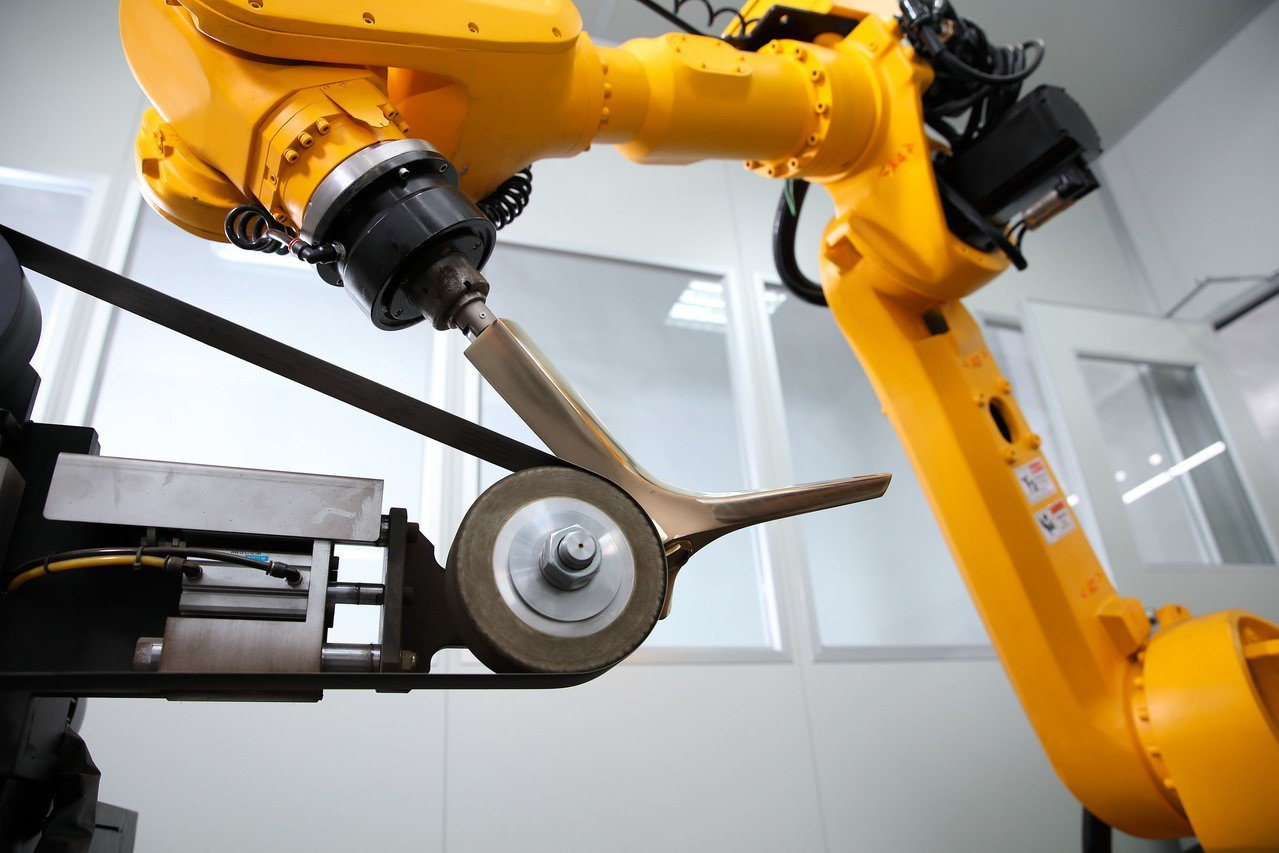 工研院的CPS研磨拋光機器手臂結合機器手臂與感測器,記錄研磨師傅的手法經驗與力道...