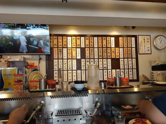立食區烤肉的感覺 牆上是可以單點的菜單