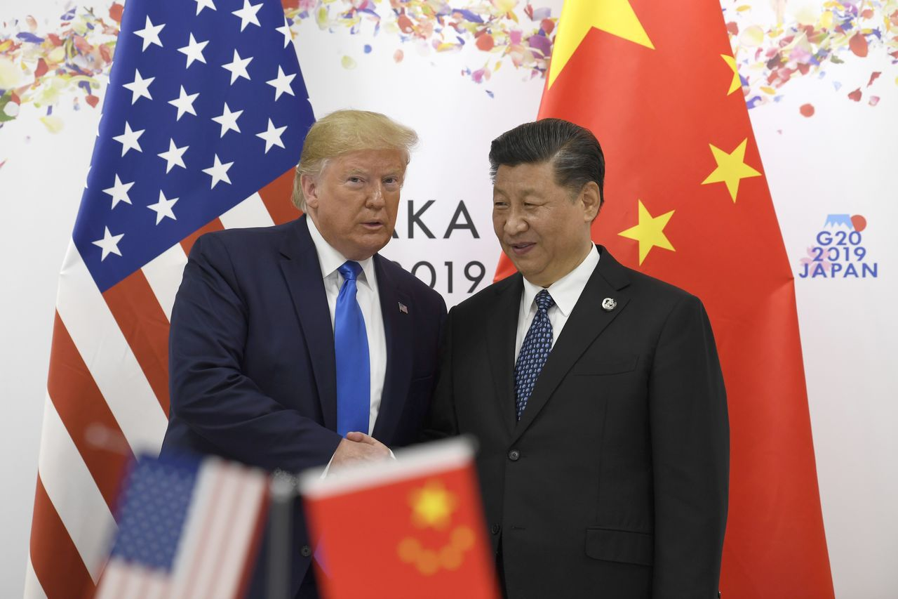 川普(左)和中國國家主席習近平同意恢復5月初中斷的美中貿易談判。美聯社