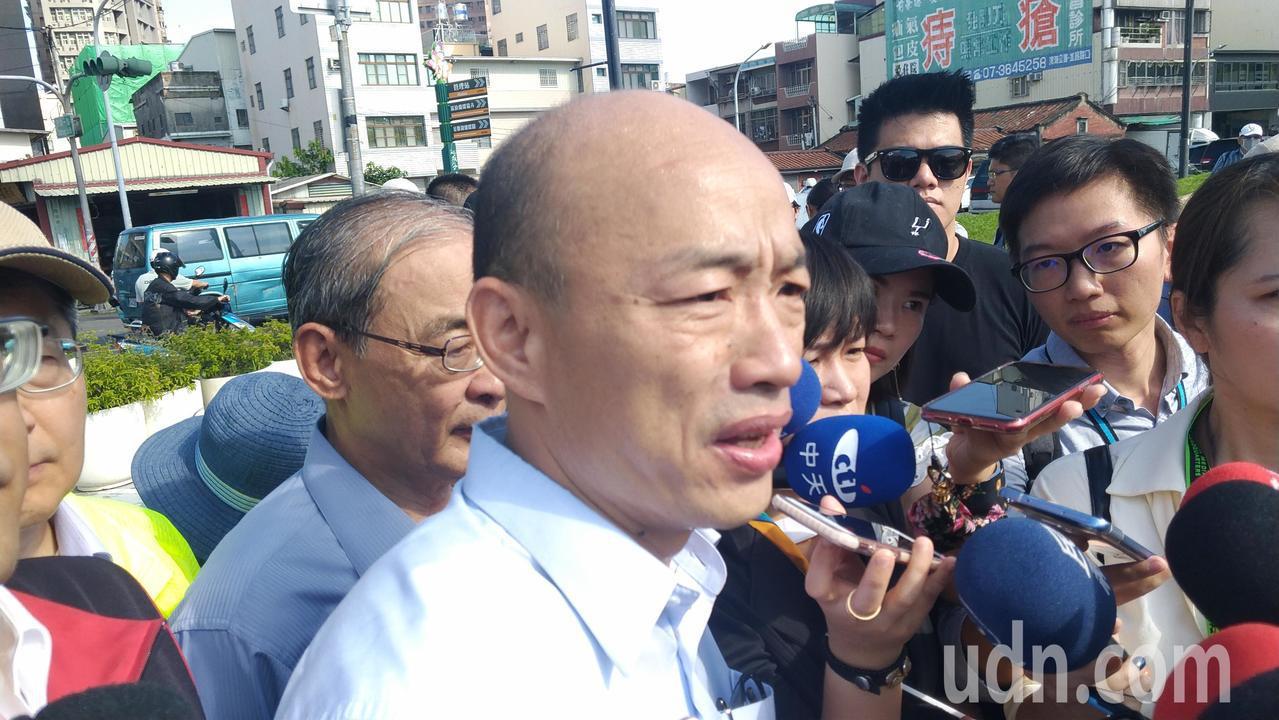 高市長韓國瑜今上午視察登革熱國軍執行噴藥工作,並接受媒體聯訪。記者蔡孟妤/攝影