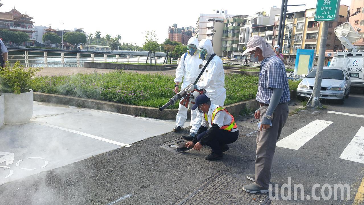 高市長韓國瑜今上午視察登革熱國軍執行噴藥工作。記者蔡孟妤/攝影