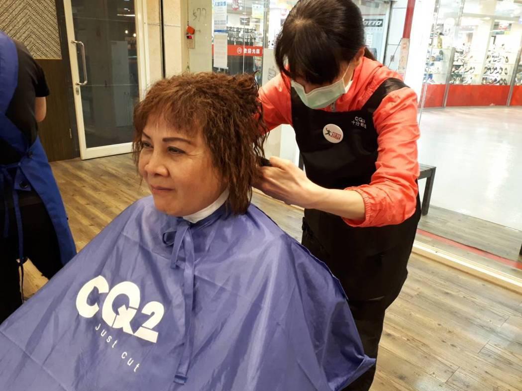 愛買自7月1日起推出68歲以上顧客平日消費可享免費理髮服務。  圖/愛買提供