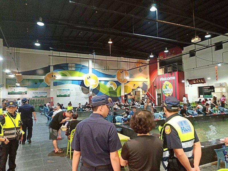 新北市林口警分局昨晚9時起動員優勢警力再度舉辦擴大臨檢,針對網咖、撞球館、釣蝦場等青少年易聚集場所聯合稽查,並設立多處路檢點防制危險駕車。圖/警方提供