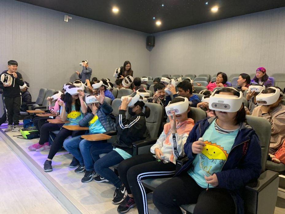 新竹縣動漫教育中心也設置30組VR頭盔,提供各校體驗VR虛擬實境教學。圖/新竹縣府提供