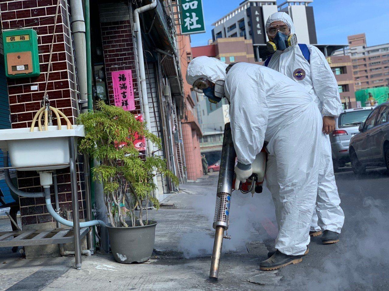 國軍化學兵群今起前進高市三民區與鳳山區噴藥防疫。圖/第四作戰區提供