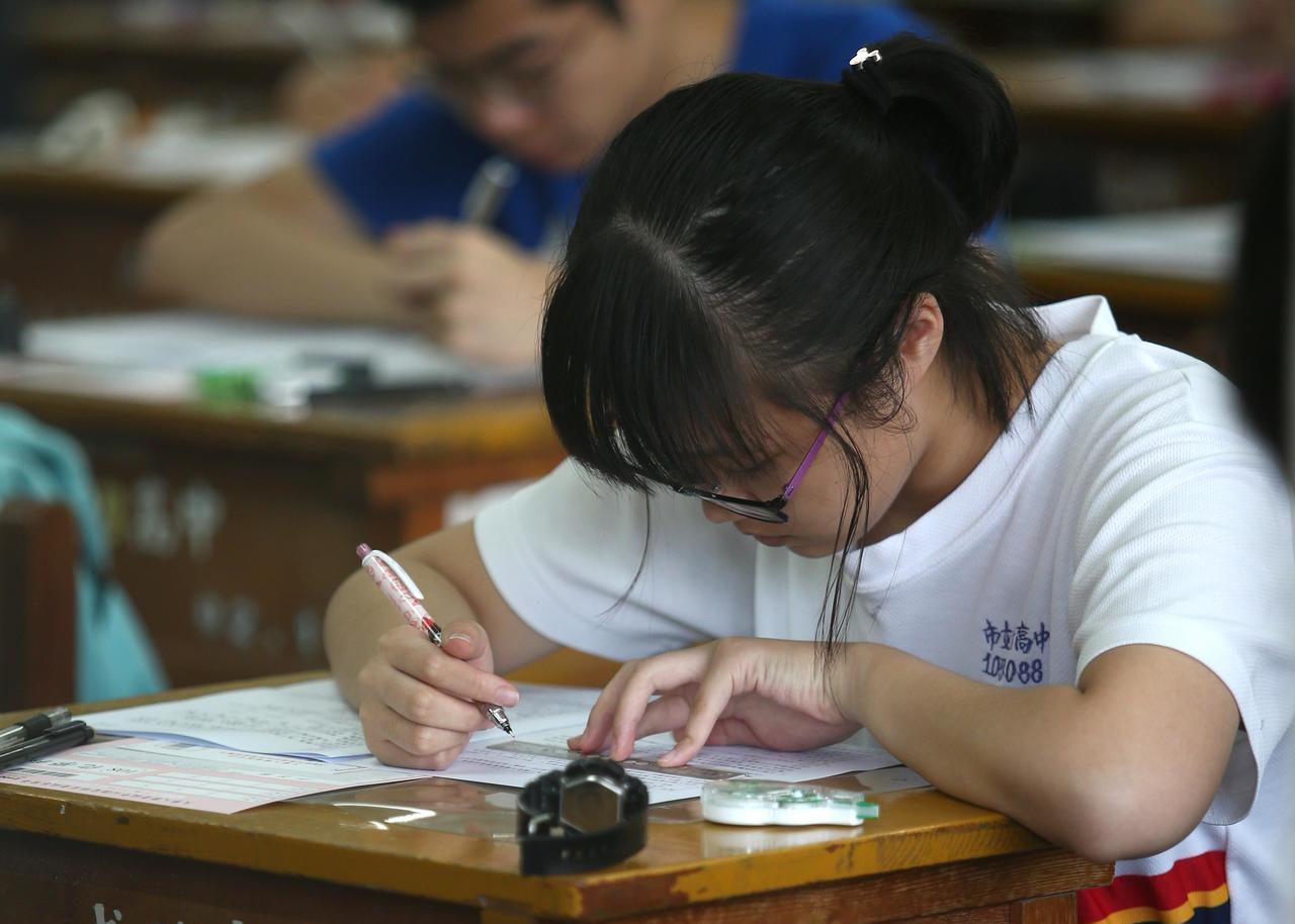 108學年度指定科目考試7月1日至3日舉行,上午指考第一天考物理、化學、生物。記...