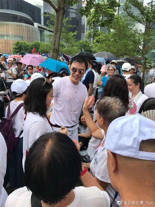 鍾鎮濤冒雨挺港警。圖/摘自微博