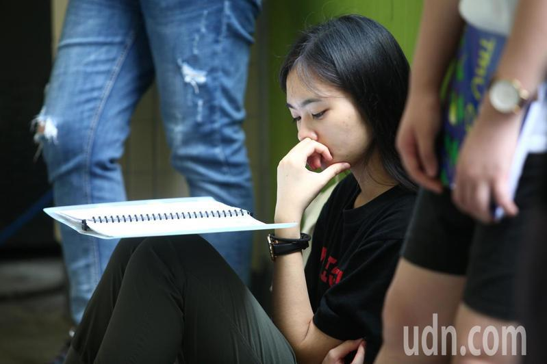 108學年度指定科目考試7月1日至3日舉行,上午指考第一天考物理、化學、生物,一位考生把握考前的時間努力複習。記者蘇健忠/攝影