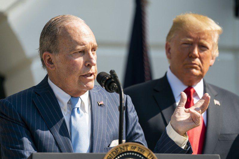 川習會後一天,美國總統川普(右)宣稱美國「贏得」貿易戰。白宮國家經濟會議主席庫德洛(左)強調華為未獲「大赦」。歐新社資料照片
