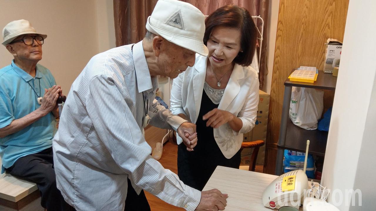 86歲的哥哥蔡中茂試用「報平安」呼叫系統。記者戴永華/攝影