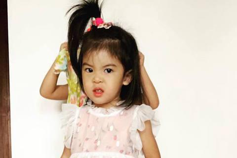 蕭敬騰在金曲獎上的造型,根本「神複製」賈靜雯與修杰楷的小女兒Bo妞,金曲獎隔天,賈靜雯也PO出Bo妞的「紅毯造型」,但穿上公主裝,表情卻很凶狠,讓賈靜雯笑虧:「到底是在兇什麼?穿得如此公主,但表情還...