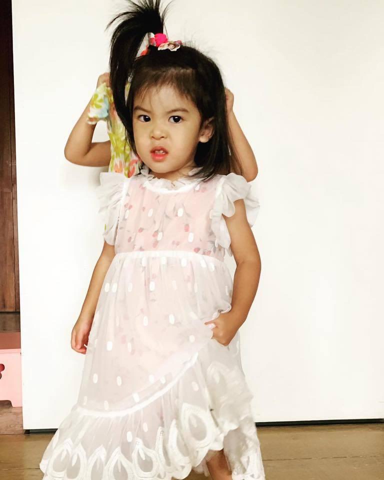 Bo妞穿公主裝卻表情凶狠。圖/摘自臉書