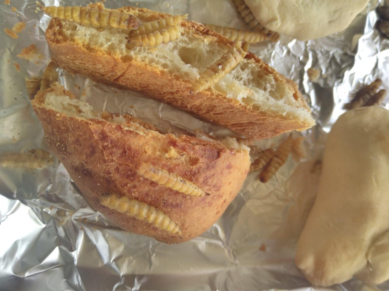 加入黑水虻烘烤的麵包。記者卜敏正/翻攝