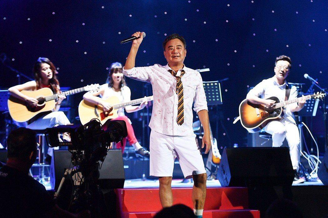 陳昇(中)在香港舉辦「華人公寓」世界巡演。圖/新樂園提供