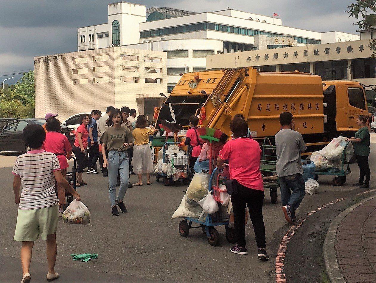 雲林縣政府為加強垃圾減量,今年5月開始垃圾解袋稽查,但截至上月底止,不合格率仍有...