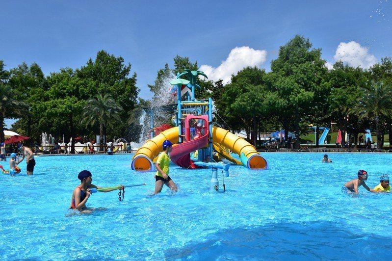 大型水上遊樂設施吸引大小朋友玩水。記者王思慧/攝影