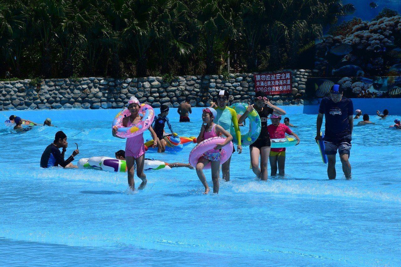 知卡宣親水公園造浪池讓民眾體驗波浪的樂趣。記者王思慧/攝影