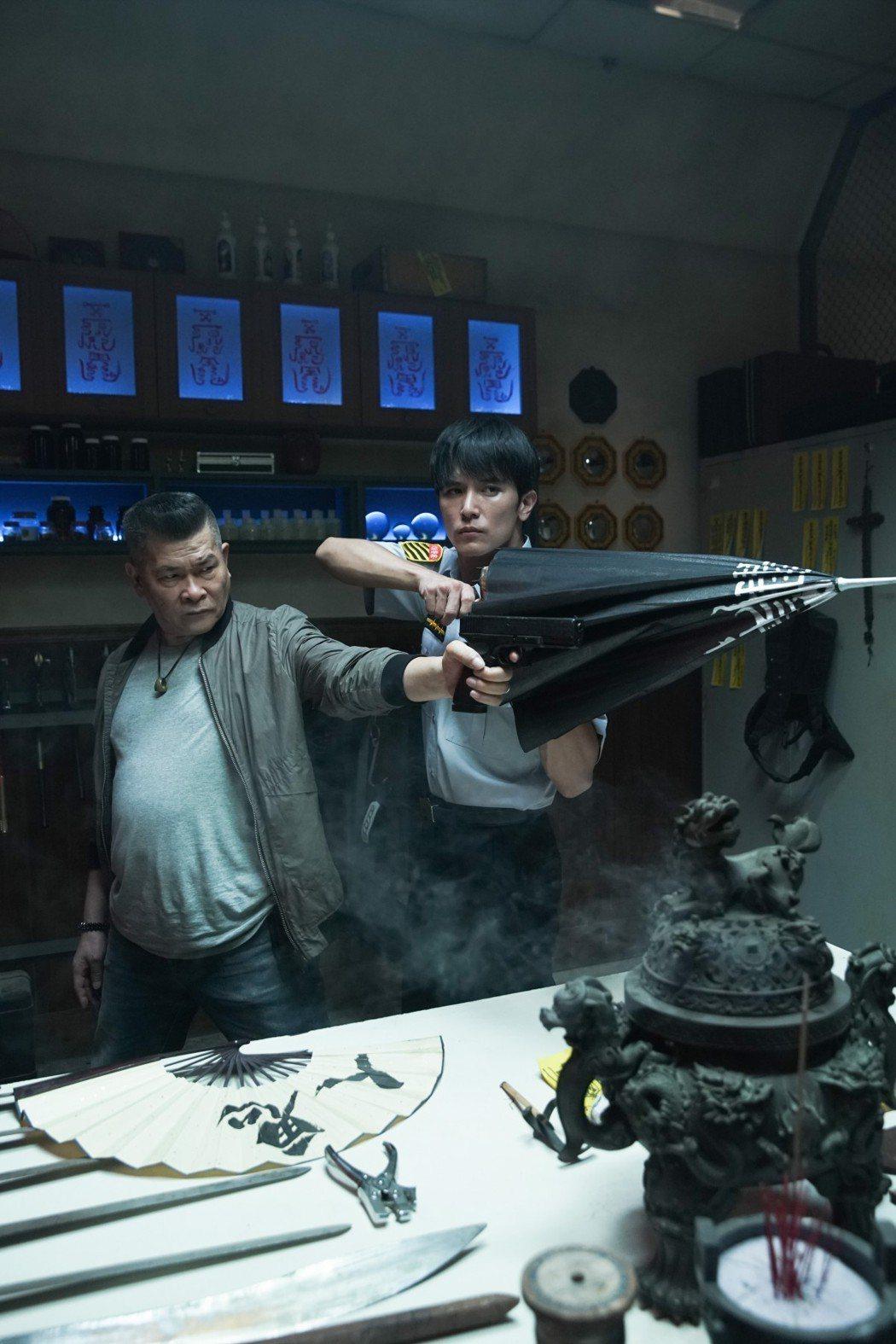 邱澤、澎恰恰合體演出「第九分局」,秀出抓鬼武器。圖/甲上提供