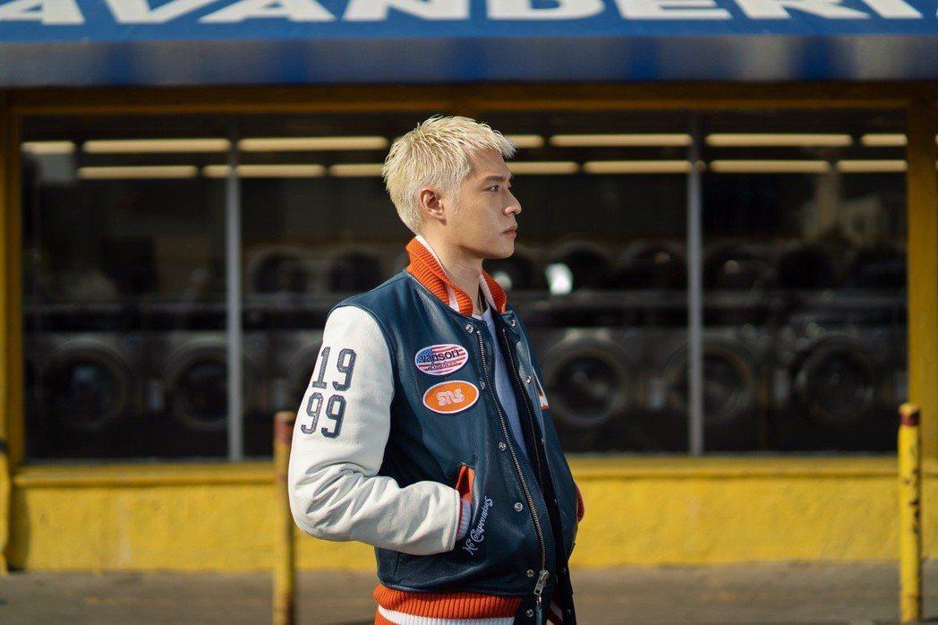 周湯豪打造出最忠於自己的全新EP「WHAT A LIFE」。圖/索尼提供