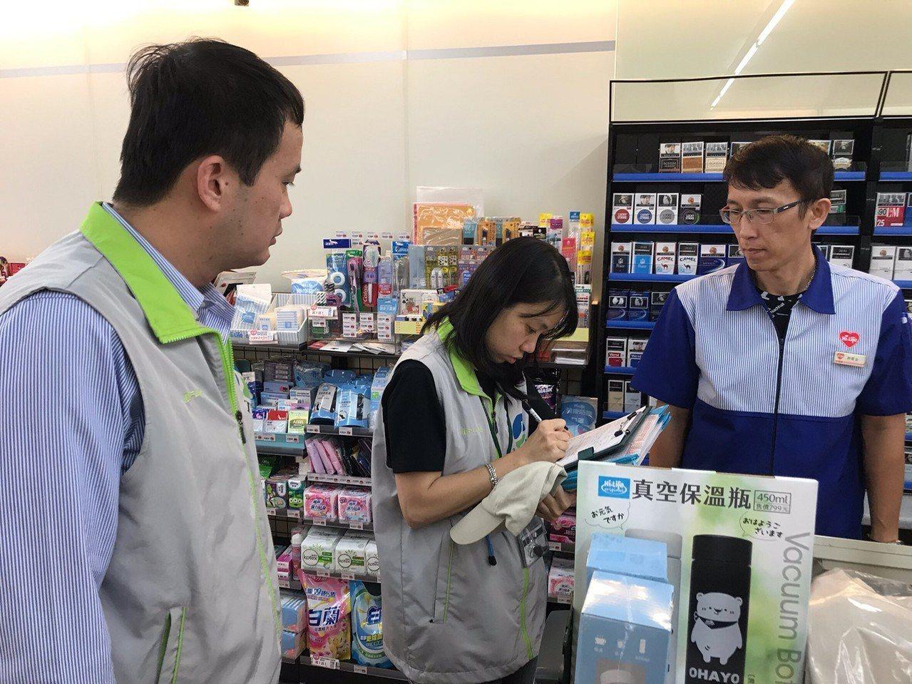 台南市環保局稽查店家實施內用禁供一次性吸管的情形。圖/環保署提供