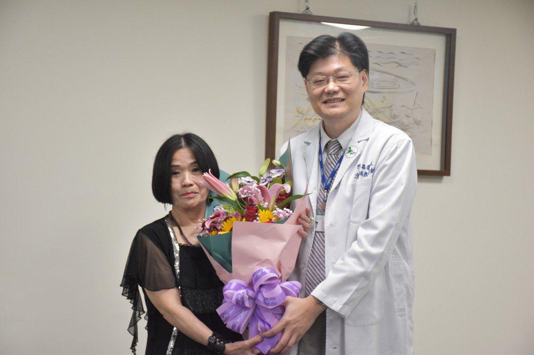 崔姓病患(左)感謝門諾醫院脊椎外科醫師涂振宏醫術,解決長期背痛困擾。記者王思慧/...