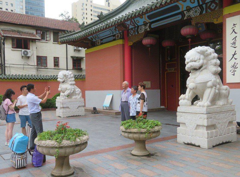 台灣今年改變學測計分方式,導致大陸「985」大學今年普遍出現台生招生不足的現象。圖為上海交通大學校門。特派記者林則宏/攝影