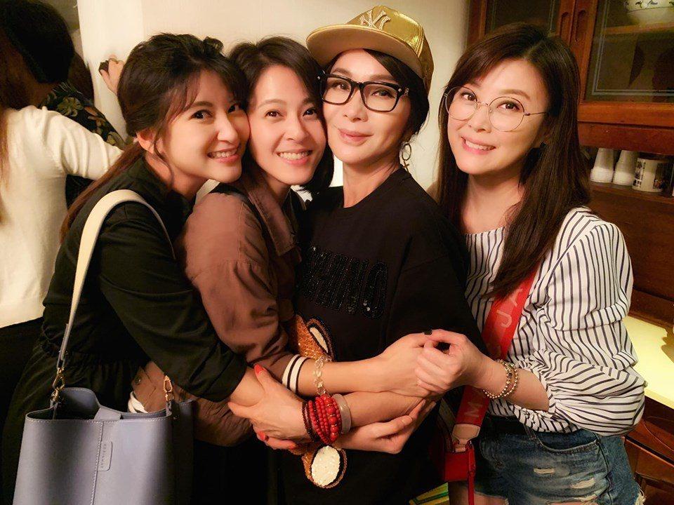 方馨(右起)、蘇晏霈、樓心潼三朵花為陳美鳳慶生。圖/摘自臉書