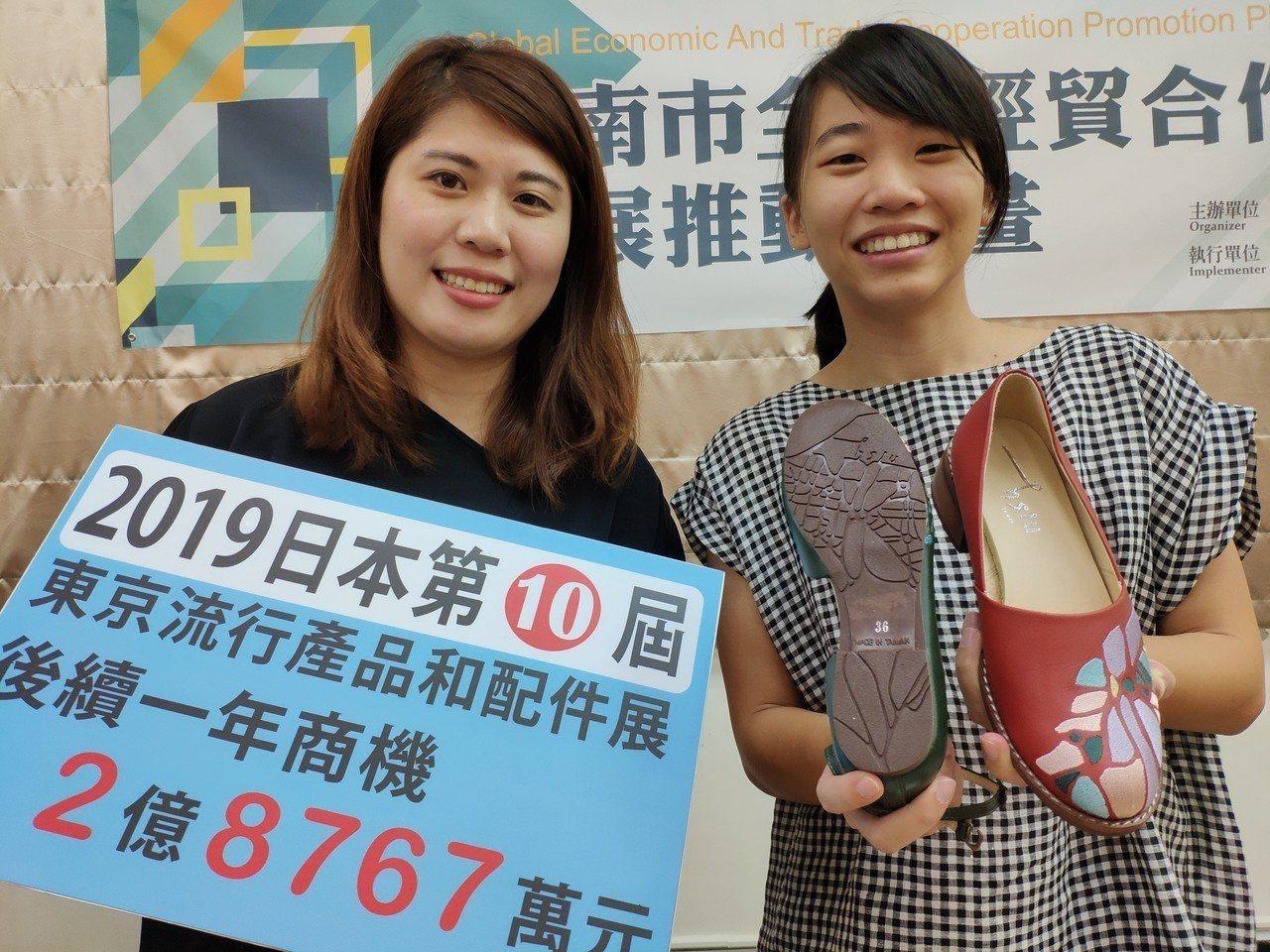 參展的繡覺公司秀出產品,其中繡花鞋鞋底是台南輿圖,展現創意。記者謝進盛/攝影