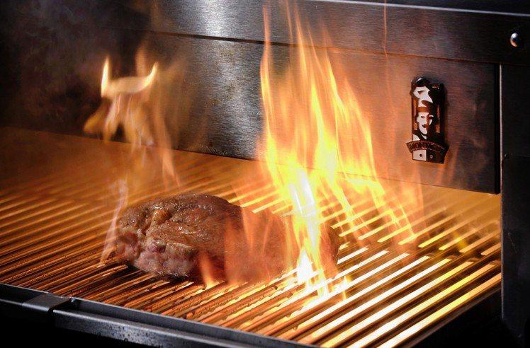 鉄火牛排主打高達攝氏900度的超級烤箱。圖/鉄火牛排提供