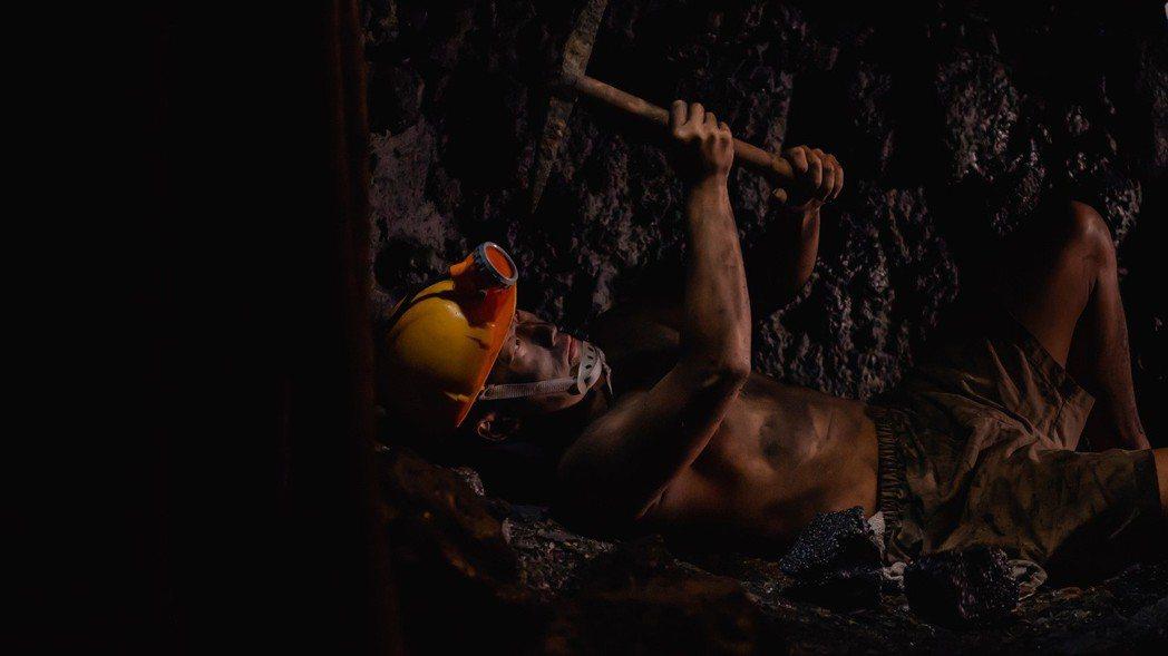 蔡昌憲克服幽閉恐懼,下礦坑扮演礦工。圖/公視提供