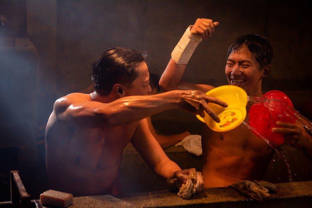 「苦力」演員低溫洗冷水澡,還要演出歡樂的樣子。圖/公視提供